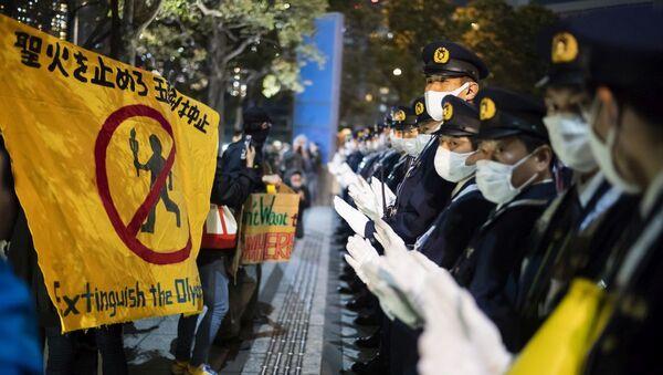 Демонстрация против проведения в Токио Олимпийских и Паралимпийских игр - Sputnik Азербайджан
