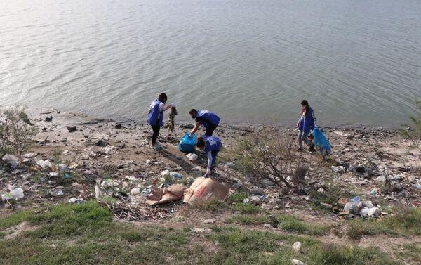 Акция Чистые бассейны на реке Кура - Sputnik Азербайджан