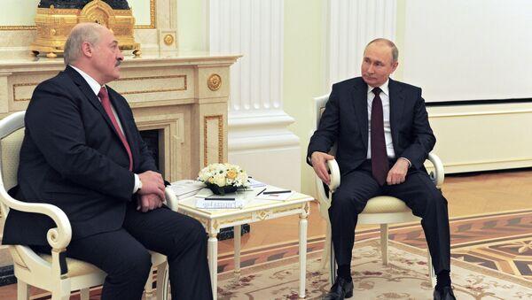Президент РФ Владимир Путин и президент Белоруссии Александр Лукашенко (справа) во время встречи - Sputnik Азербайджан