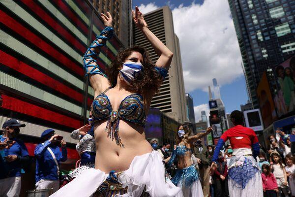 Женщина танцует на празднике в честь Дня независимости Израиля, отмечающего 73-ю годовщину создания государства, на Таймс-сквер в Нью-Йорке, США - Sputnik Азербайджан