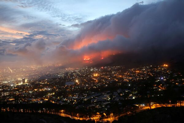 Лесной пожар на склонах горы в Кейптауне, ЮАР - Sputnik Азербайджан