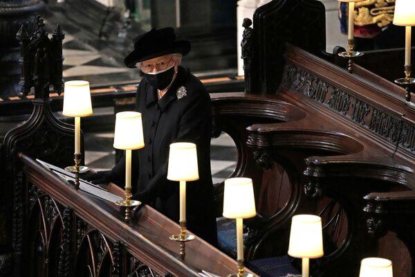 Королева Великобритании Елизавета на похоронах принца Филиппа в часовне Святого Георгия в Виндзоре, Великобритания - Sputnik Азербайджан