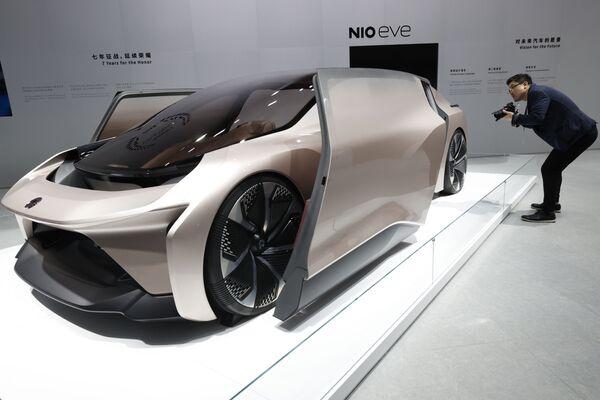 Посетитель смотрит на концепт-кар NIO eve, представленный на Шанхайском автосалоне - Sputnik Азербайджан