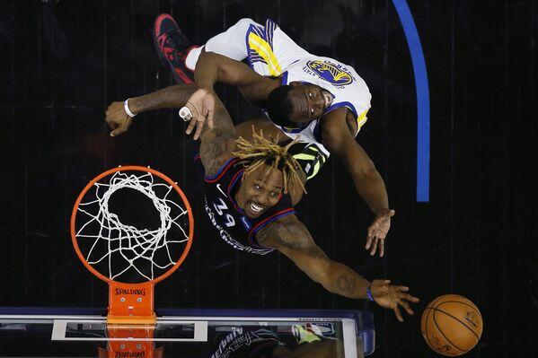Баскетболисты во время матча НБА в Филадельфии - Sputnik Азербайджан