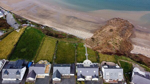 Дома на краю обрыва после обрушения берега в деревне Нефин, Уэльс, Великобритания - Sputnik Азербайджан