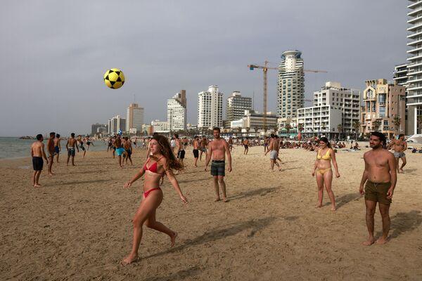 Люди играют в футбол на пляже в Тель-Авиве - Sputnik Азербайджан