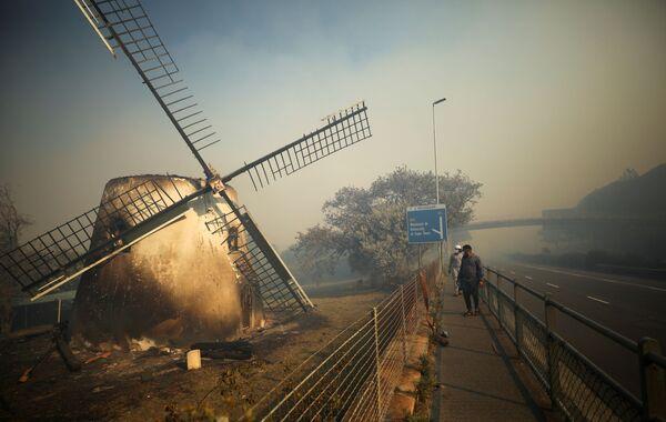 Историческая мельница Мостерта тлеет, когда пожарные борются за тушение пожара в Кейптауне - Sputnik Азербайджан