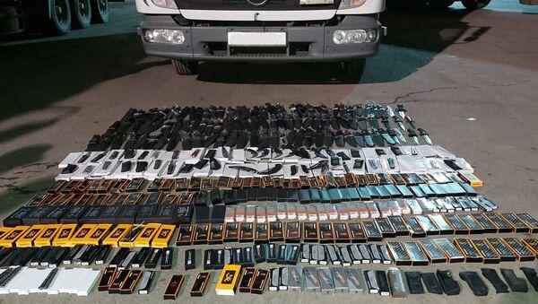 Нескольких сотен ножей обнаруженные в автомобиле грузинского гражданина - Sputnik Азербайджан