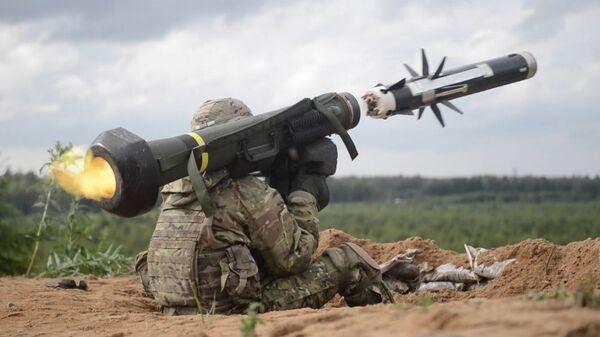 ABŞ hərbçisi tank əleyhinə raket kompleksi Javelin-dən atəş açır, arxiv şəkli - Sputnik Azərbaycan