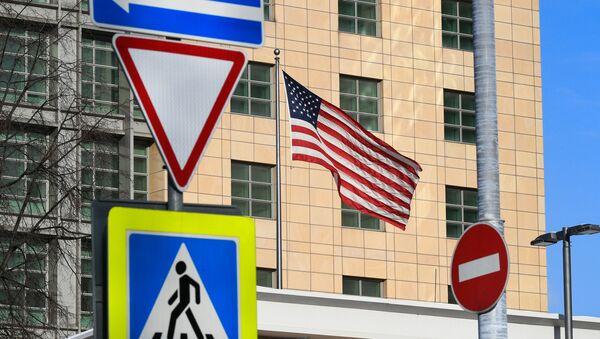 Государственный флаг США у американского посольства в Москве. - Sputnik Азербайджан