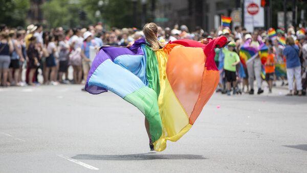 Девушка на демонстрации во время гей-парада в Бостоне в 2018 году - Sputnik Азербайджан