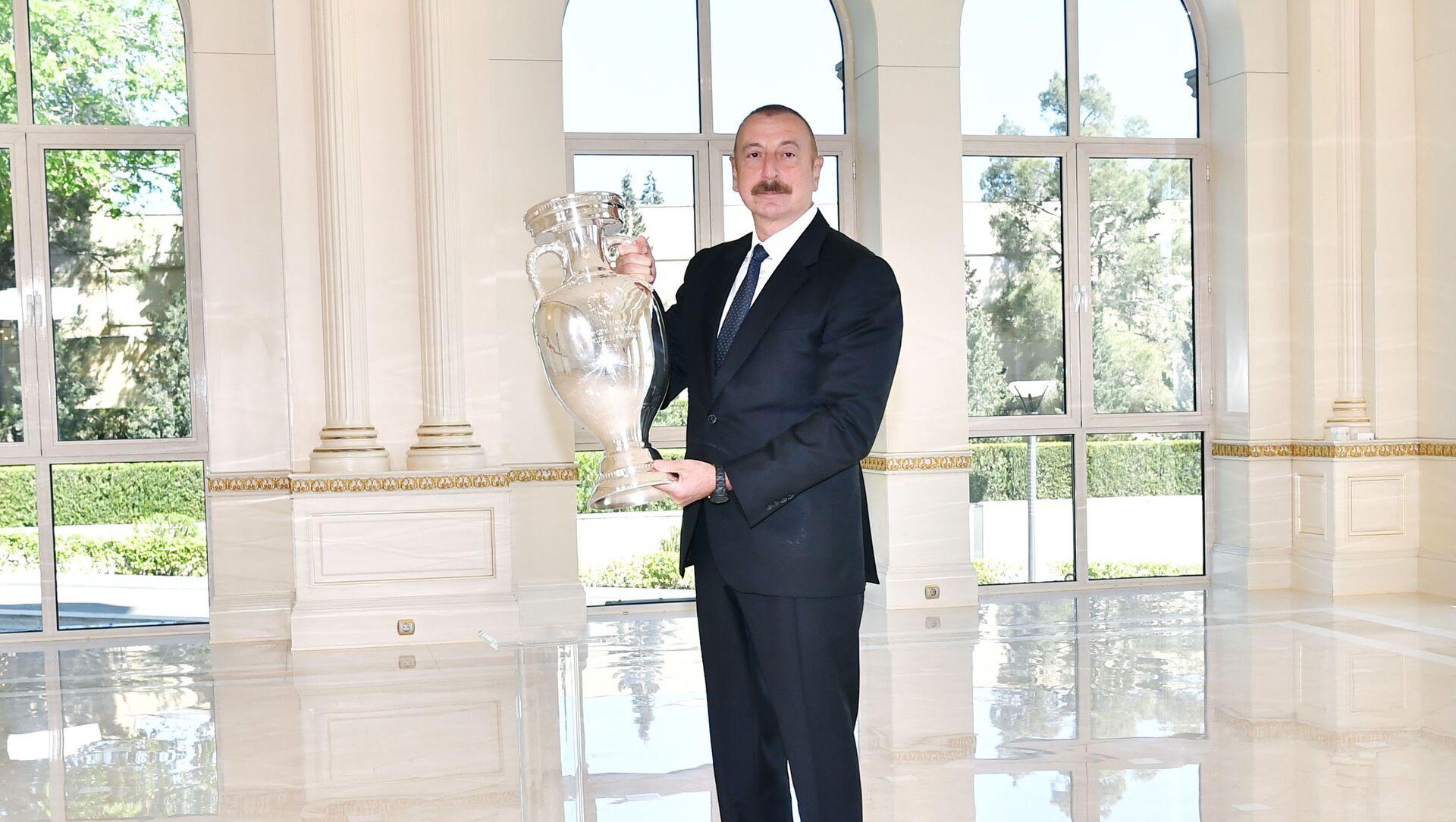 AVRO-2020-nin kuboku Prezident İlham Əliyevə təqdim olunub - Sputnik Азербайджан, 1920, 12.07.2021