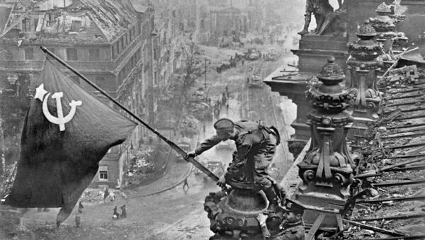 Знамя Победы над Берлином, 1945 год - Sputnik Азербайджан
