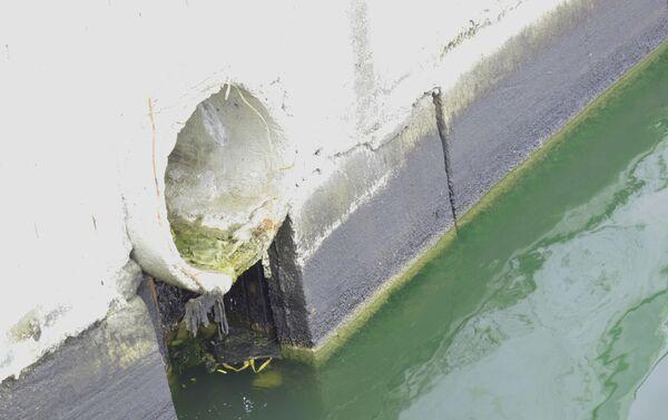 Сточные воды сливаются в Каспийское море на территории Биби-Эйбата - Sputnik Азербайджан