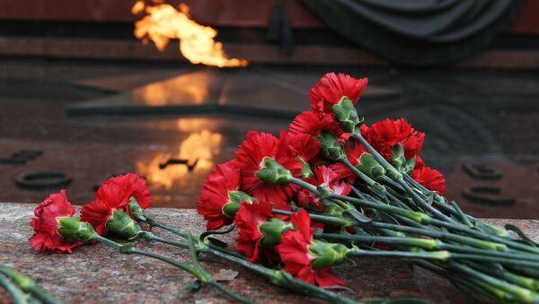 Цветы у Могилы Неизвестного солдата в Москве - Sputnik Азербайджан