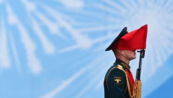 Военнослужащий парадных расчетов на военном параде в честь 76-й годовщины Победы в Москве - Sputnik Азербайджан