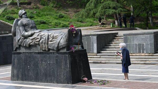 Могила Неизвестного солдата в парке Ваке в Тбилиси, Грузия 9 мая 2021 года - Sputnik Азербайджан