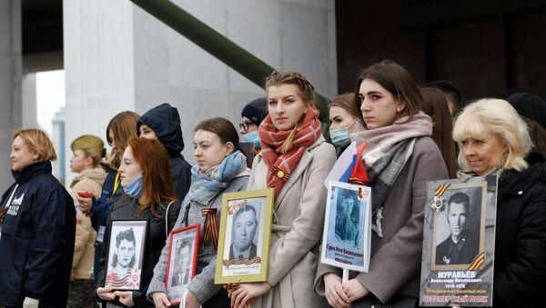 Участники акции Лица Победы на Поклонной горе в Москве - Sputnik Азербайджан