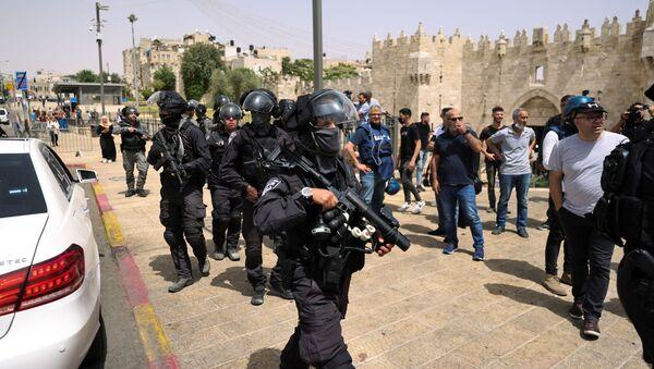 Сотрудники израильской полиции во время столкновений с палестинцами возле мечети Аль-Акса в Иерусалиме - Sputnik Азербайджан