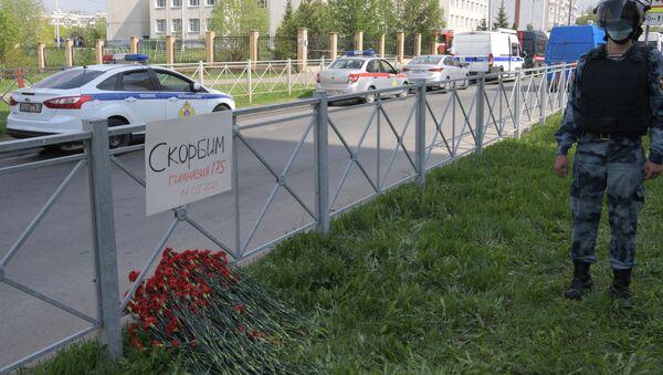 Цветы у гимназии №175 на улице Джаудата Файзи в Казани, фото из архива - Sputnik Азербайджан