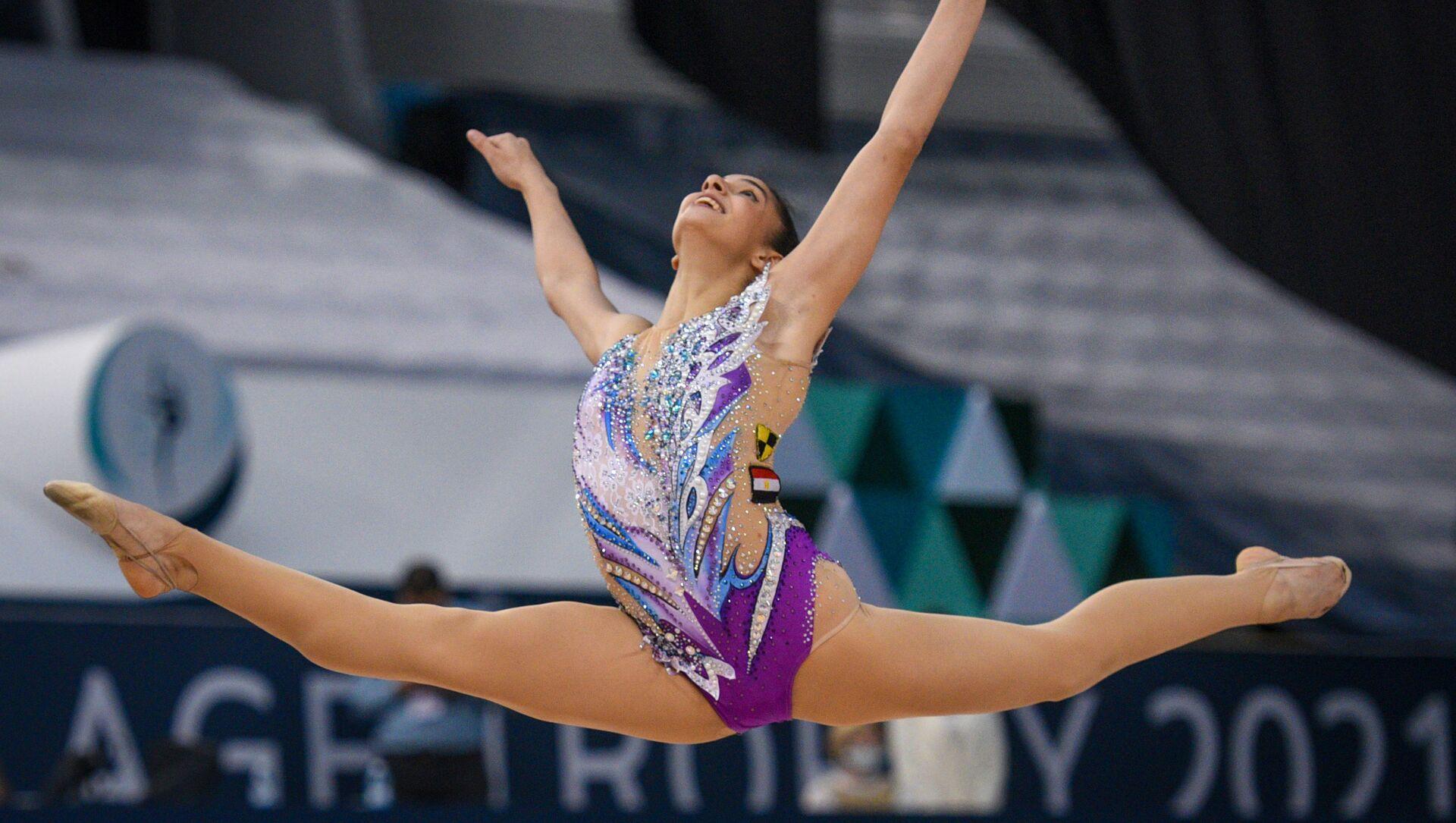 Хабиба Марзук (Египет) выполняет упражнение с булавами в индивидуальном многоборье на этапе Кубка мира по художественной гимнастике в Баку. - Sputnik Азербайджан, 1920, 12.05.2021