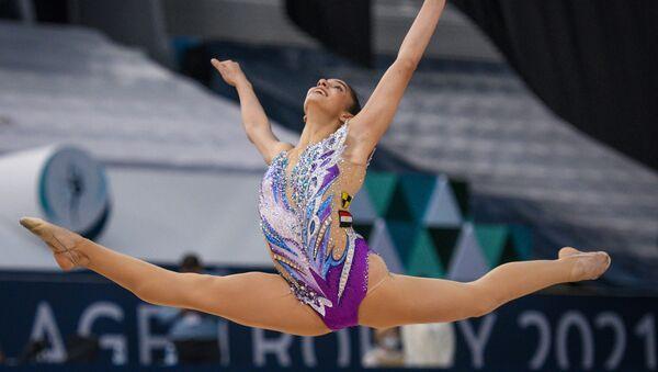 Хабиба Марзук (Египет) выполняет упражнение с булавами в индивидуальном многоборье на этапе Кубка мира по художественной гимнастике в Баку. - Sputnik Азербайджан