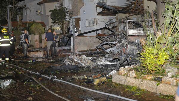 Члены израильской аварийной службы осматривают повреждения в израильском городе Ришон-ле-Цион - Sputnik Azərbaycan