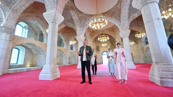 Президент Азербайджанской Республики Ильхам Алиев, Первая леди Мехрибан Алиева, их дочери Лейла Алиева и Арзу Алиева побывали в мечети Юхары Гевхарага в Шуше - Sputnik Azərbaycan