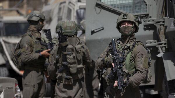 Израильские военнослужащие во время операции по поиску палестинских боевиков в деревне Акраба недалеко от города Наблус  - Sputnik Азербайджан