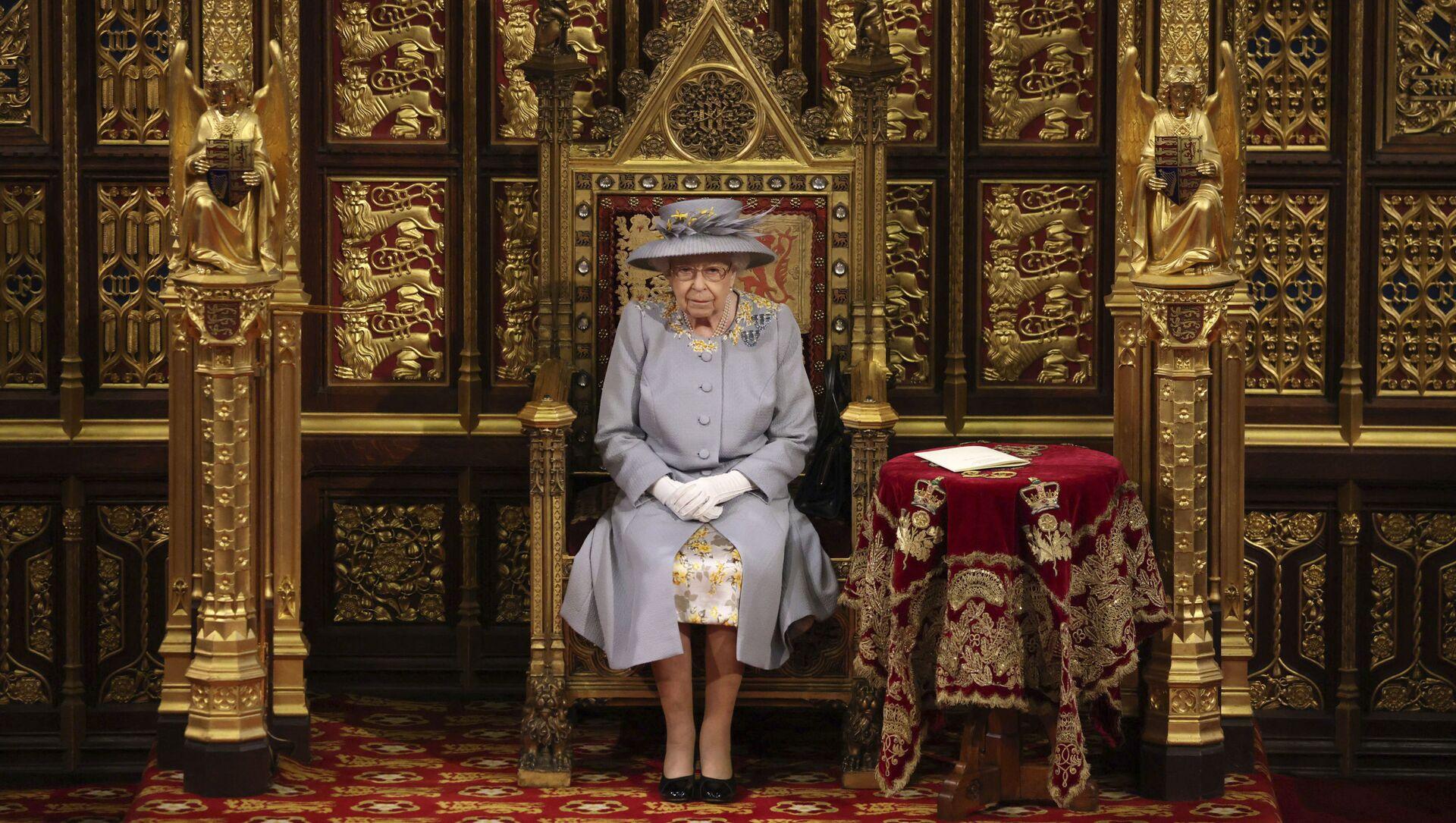 Королева Великобритании Елизавета II выступает с речью в Палате лордов в Вестминстерском дворце в Лондоне - Sputnik Азербайджан, 1920, 03.08.2021