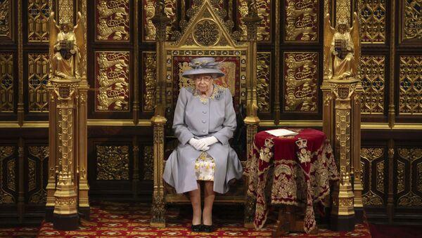 Королева Великобритании Елизавета II выступает с речью в Палате лордов в Вестминстерском дворце в Лондоне - Sputnik Азербайджан