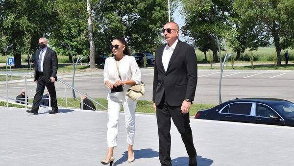 Президент Ильхам Алиев и Первая леди Мехрибан Алиева приняли участие в открытии железнодорожного вокзала в Габале и однолинейной железной дороги ст. Ляки-Габала - Sputnik Азербайджан