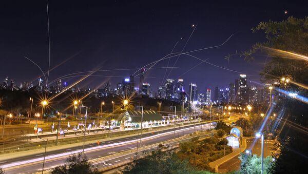 Израильская система противовоздушной обороны Iron Dome перехватывает ракеты, запущенные из сектора Газа - Sputnik Азербайджан