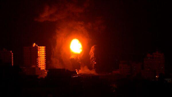 Самый мощный ночной удар по городу Газа попал на видео - Sputnik Азербайджан