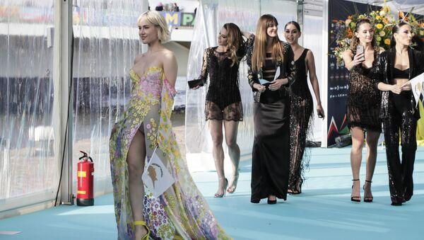Певица Элена Цагрину на бирюзовой ковровой дорожке перед началом церемонии открытия Евровидения-2021 в Роттердаме - Sputnik Азербайджан