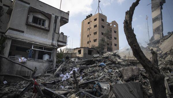 Разрушенное в результате авиаудара здание в секторе Газа - Sputnik Азербайджан