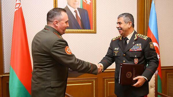 Делегация во главе с министром обороны Республики Беларусь генерал-лейтенантом Виктором Хрениным во время визита в Баку - Sputnik Азербайджан
