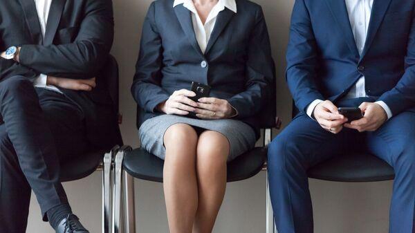 Два мужчины и женщина в деловых костюмах в очереди на собеседование - Sputnik Азербайджан
