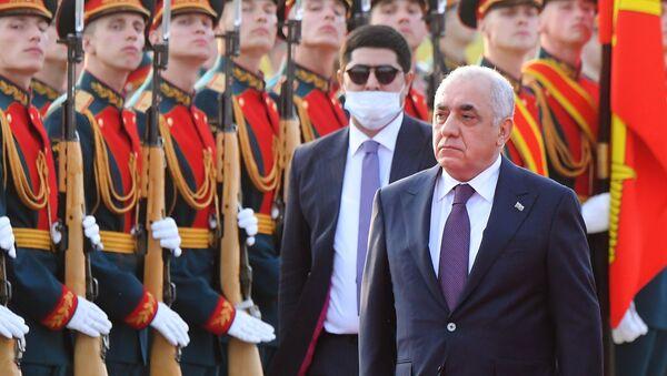 Премьер-министр Азербайджана Али Асадов, прибывший с двухдневным визитом в Москву, в аэропорту Внуково. - Sputnik Азербайджан