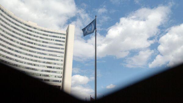 Флаг Международного агентства по атомной энергии (МАГАТЭ) перед зданием МАГАТЭ в Вене  - Sputnik Азербайджан