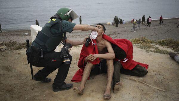 Нелегальные мигранты, прибывшие в испанский анклав на африканском побережье Сеута из Марокко  - Sputnik Азербайджан