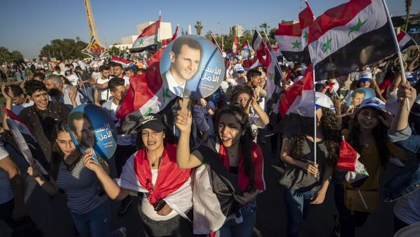 Сторонники президента Сирии Башара Асада на площади Омейид в Дамаске - Sputnik Азербайджан