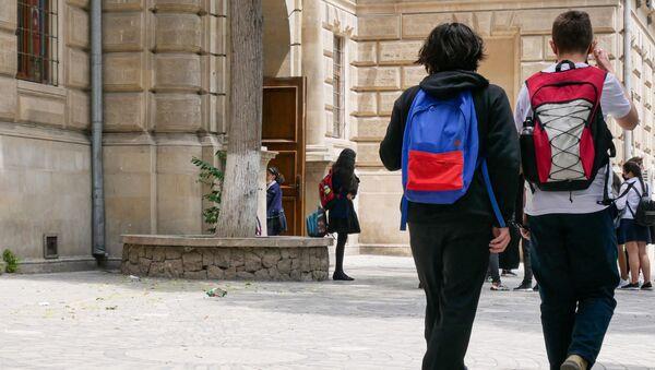 Ученики около одной из бакинских школ - Sputnik Азербайджан