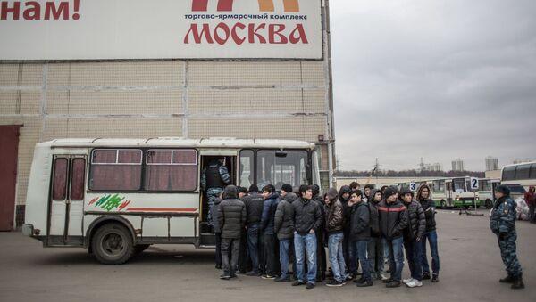 Задержанные во время рейда полиции на территории торгового-ярмарочного комплекса Москва в Люблино, фото из архива - Sputnik Азербайджан