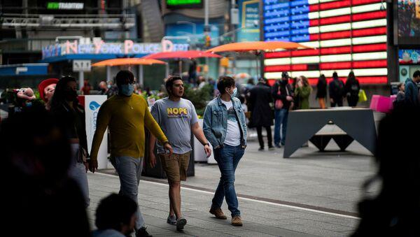 Прохожие на Таймс-сквер в Нью-Йорке - Sputnik Азербайджан