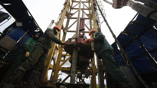 Рабочие на мобильной буровой установке компании Татнефть в Альметьевском районе Республики Татарстан, фото из архива - Sputnik Азербайджан