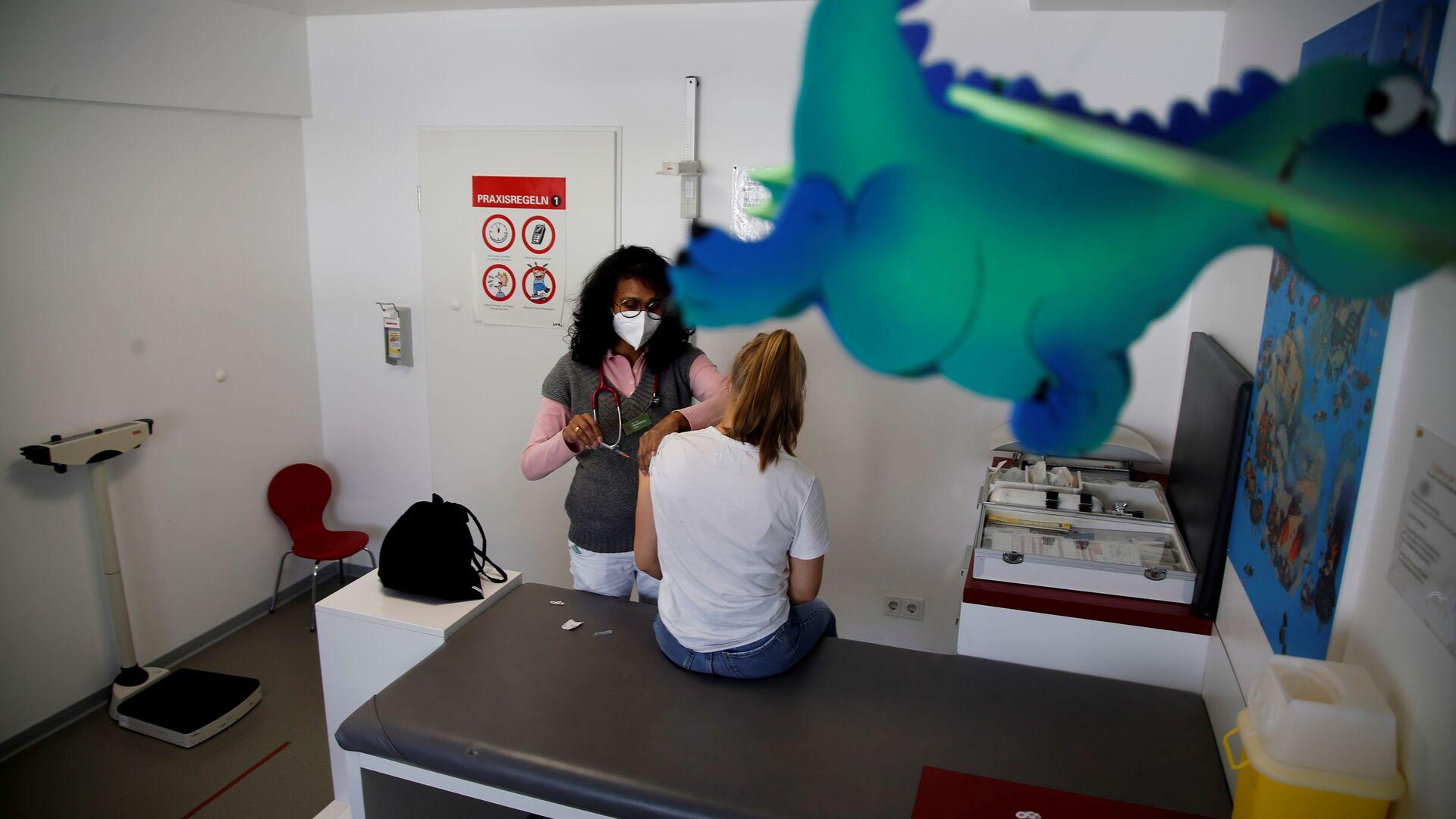 Вакцинация девушки от короновируса  вакциной Pfizer-BioNtech COVID-19 в Бонне, Германия, 21 мая 2021 - Sputnik Азербайджан, 1920, 26.08.2021