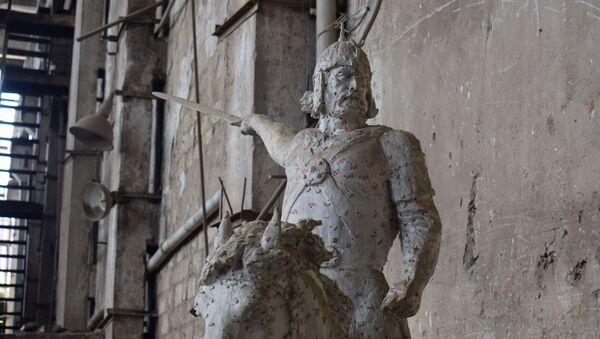 Памятник Бабека в Художественно-производственном комбинате Союза художников - Sputnik Азербайджан