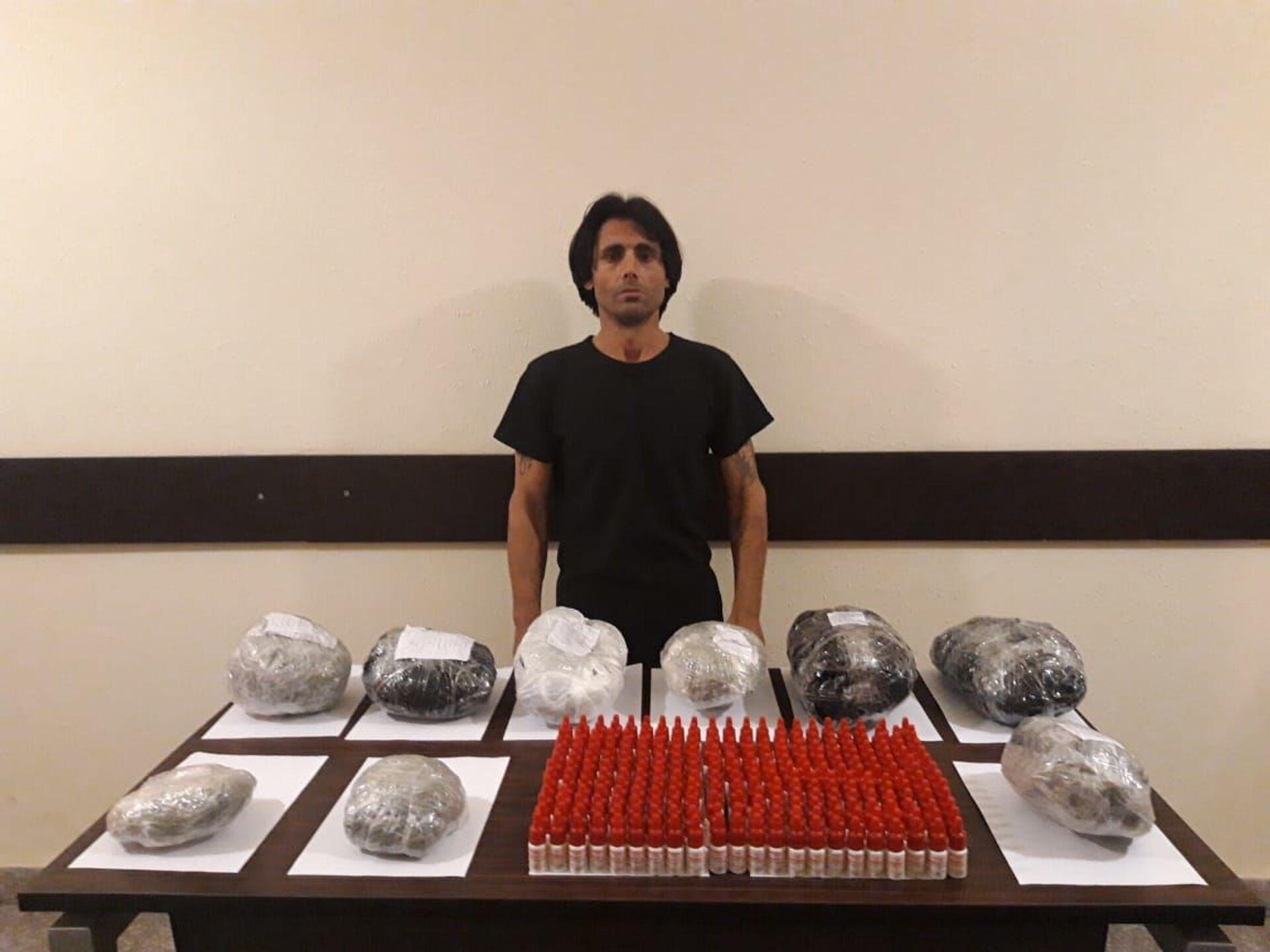 В последние дни мая пограничники взяли близ границы немалый груз наркотиков - Sputnik Азербайджан, 1920, 01.06.2021