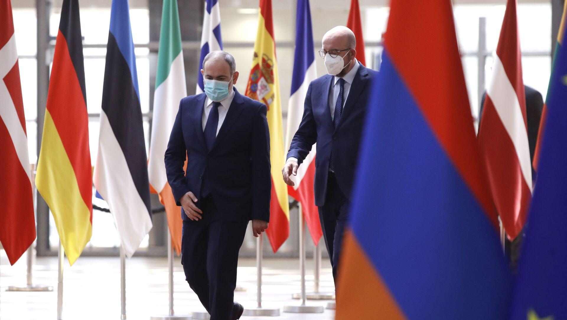Президент Европейского совета Шарль Мишель (справа) приветствует премьер-министра Армении Никола Пашиняна перед встречей в здании Европейского совета в Брюсселе в среду, 2 июня 2021 г - Sputnik Азербайджан, 1920, 03.06.2021